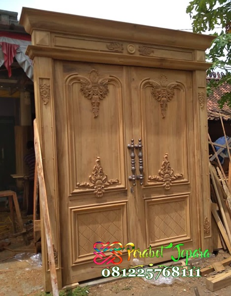 Tampak samping pintu kayu jati ukir mewah